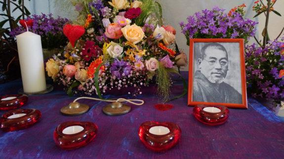 Der Altar in Nahaufnahme - die Kerzen warten noch auf der Eröffnungsfeuer.