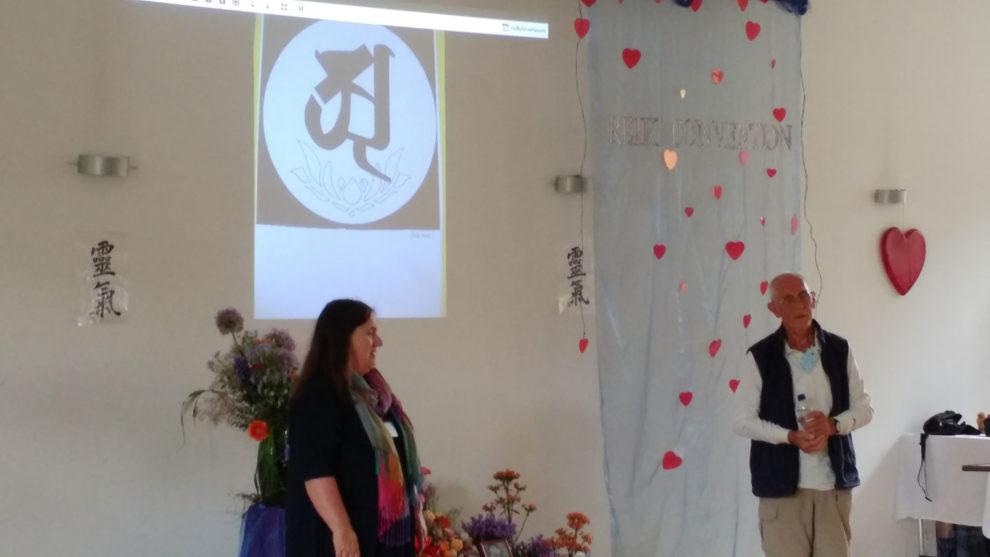 Aaaaaah - Don mit Übersetzerin Elke in der prall gefüllten Buddha Hall.