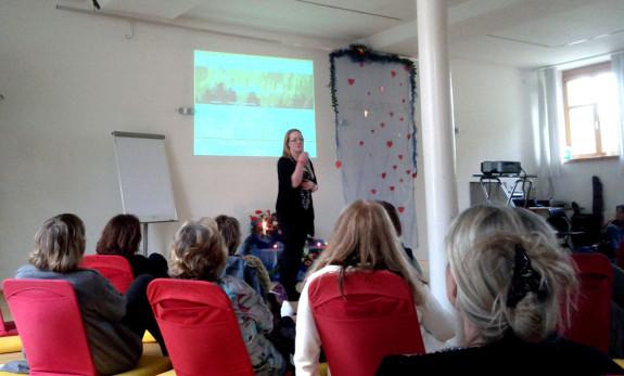 Janina beim Vortrag auf dem Reiki-Meister-Tag