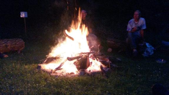 Ein gemeinsames Lagerfeuer mit den Parimalis, Gitarren, Gesang und Trommeln.